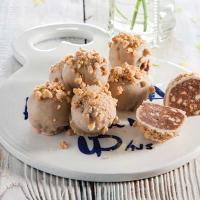 כדורי ממרח השחר העולה בציפוי שוקולד לבן ובוטנים
