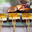 בראוניז שוקולד – גבינה וממרח חלב בציפוי פסיפלורה
